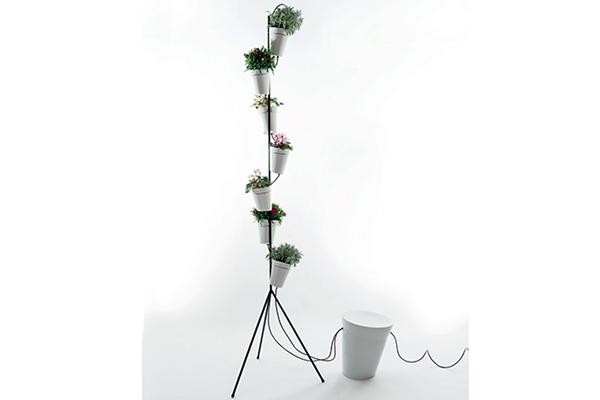 """<em>SOLUZIONI AD ANGOLO</em> - Se possiamo contate su un po' di profondità ottimizziamola con un divanetto o una panca. Se al contrario abbiamo un balcone lungo e stretto possiamo comunque sfruttare l'angolo in altezza arricchendolo con il verde:Window Garden dello studio Big per <a href=""""http://www.danesemilano.com"""">Danese</a> si caratterizza per un particolare sistema che permette l'irrigazione in modo controllato. È particolarmente indicato per coltivare erbe aromatiche"""