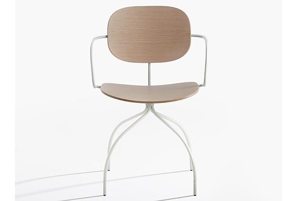 Magenta è la sedia di Raffaella Mangiarotti per IOC project partners. Linee nette e avvolgenti la definiscono e le donano un tocco di eleganza. È una seduta modulabile sia fissa che su ruote