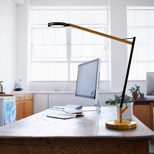 """Modulabile: per non stancare gli occhi meglio scegliere una luce che permetta di modularne l'intensità. Come Dresscode di <em><a href=""""https://www.linealight.com/it-it"""">Linea Light Group</a></em>, lampada orientabile, con cover colorate intercambiabili, design di Mirco Crosatto"""