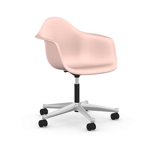 """Seduta: si può scegliere una comoda sedia girevole da ufficio, ma che si adatti perfettamente all'arredamento di una camera dal letto o del living, magari riprendendone i colori. Come Pacc, in polipropilene, di <em><a href=""""https://www.vitra.com"""">Vitra</a></em>"""
