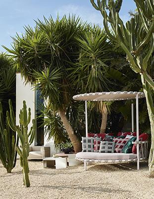 """«Durante un viaggio in Groenlandia notavo questi piccoli trampolini davanti alle case dei locali. Questo giocoso tappeto per saltare mi ha ispirato a disegnare Trampoline, un simpatico rifugio per godersi l'esterno in grande comodità», descrive così Patricia Urquiola quest'isola di relax, firmata <a href=""""https://www.cassina.com/it"""">Cassina</a>, pensata per ampi spazi"""