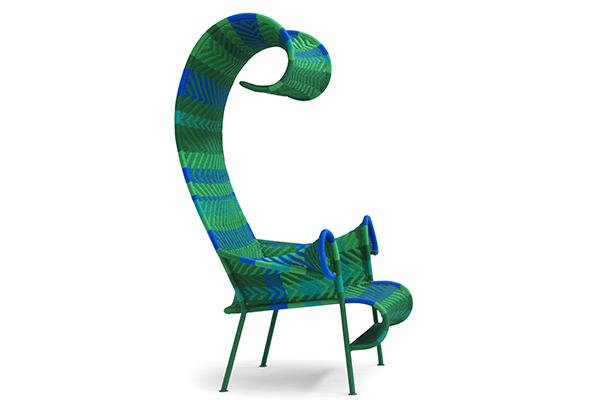"""Personalizzare l'outdoor con un arredo scultoreo, come la seduta Shadowy di Tord Boontje per <a href=""""https://moroso.it/"""">Moroso</a>, realizzata intrecciando fibre plastiche, tecnica usata in Africa per le reti da pesca"""