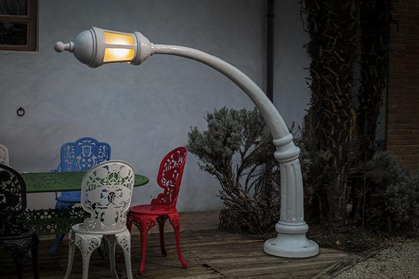 """Studio Job reinterpreta nel consueto stile ironico i lampioni da strada con Street Lamp, la lampada outdoor dalla struttura incurvata prodotta da <a href=""""https://www.seletti.it/?v=cd32106bcb6d"""">Seletti</a>"""
