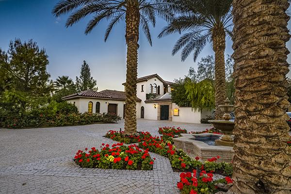 Entriamo nelladimora diSylvester Stallone:455 metri quadricon 4 camere, 5 bagni, terrazze panoramiche, piscina, spa e cantina per il vino