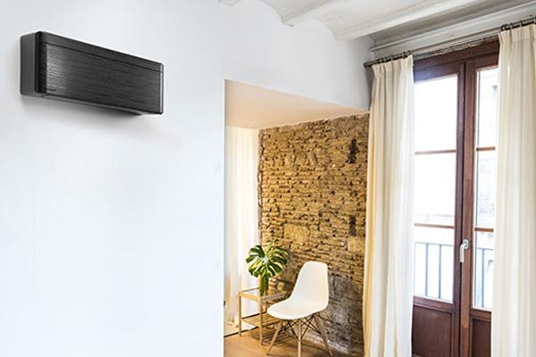 """Stylish di <a href=""""https://www.daikin.it/it_it/home.html"""">Daikin</a>, qui nel nuovo colore black, è il climatizzatore profondo appena 18,9 centimetri che si adatta quindi ad ogni ambiente"""