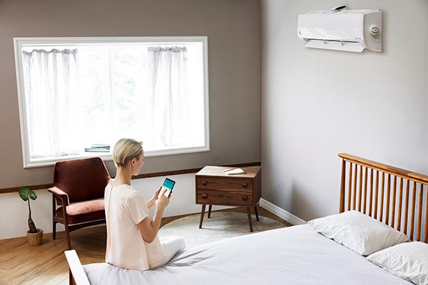 """DualCool Atmosfera è il climatizzatore con purificatore integrato di <a href=""""https://www.lg.com/"""">LG</a> in grado di trattenere anche le particelle più sottili di polvere ed emette nell'ambiente aria sana e pulita. Compatibile con Google Assistant e Amazon Alexa, può essere gestito anche tramitecomando vocale"""