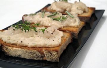 Crostini con crema di fagioli aromatica e lardo
