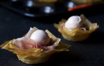 Cestini di pasta phyllo con crudo e melone
