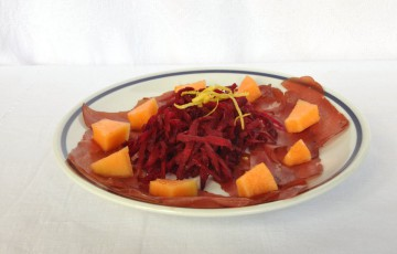 Carpaccio di bresaola con barbe rosse e melone