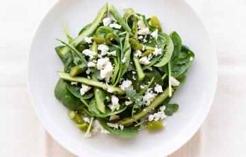 Insalata verde con asparagi e feta