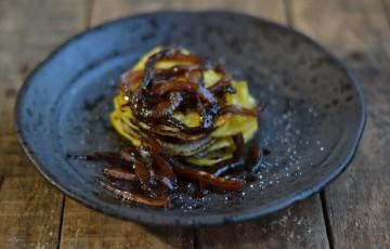 Millefoglie di patate e cipolle caramellate