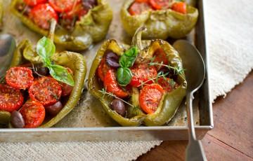Peperoni al forno con pomodorini e basilico