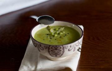 Vellutata di asparagi e piselli al curry