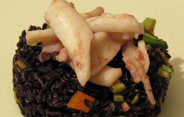 insalata venere nero, calamari e verdure saltate
