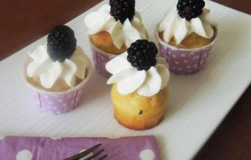 Cupcake salati mandorle, formaggio e more