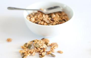 Granola con frutta secca, semi e bacche