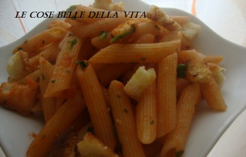 Penne colorate con briciole di pane tostato all'aglio