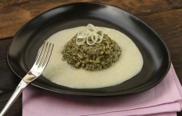 Risotto con ortiche su crema di asparagi bianchi