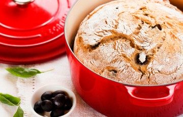 Pane in pentola con olive e basilico