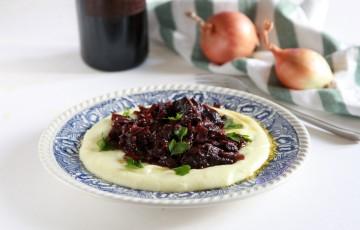 Spezzatino con cipolle e vino rosso