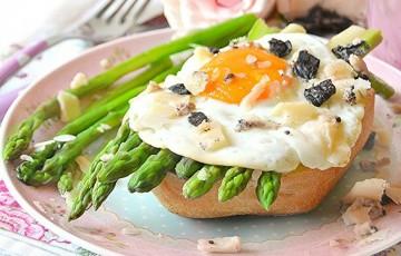 Panino con asparagi, uova e formaggio al Barolo