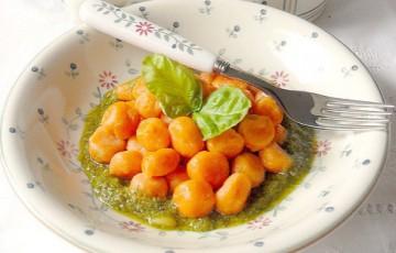 Gnocchi di ricotta e pomodoro su salsa verde