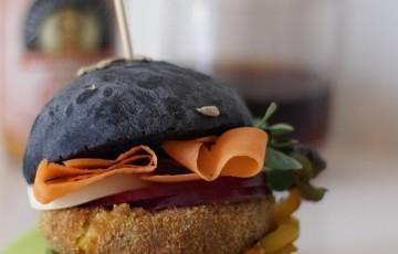 Hamburger vegetariano con pane al cabone