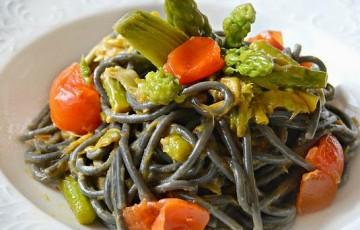 Spaghetti al nero di seppia con carciofi e asparagi