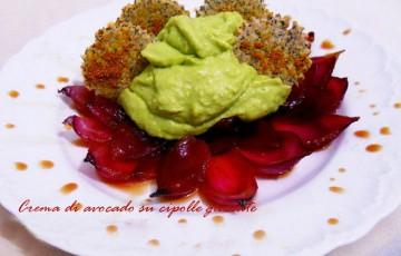 Crema di avocado con cipolle di Tropea glassate