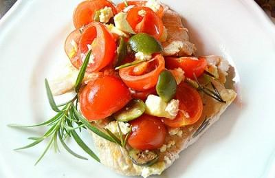 Petto di tacchino alle olive,pomodori e feta