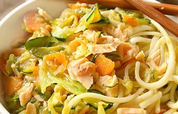 Noodles con salmone e verdure saltate