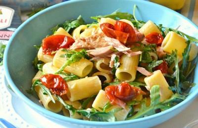 Pasta al tonno, limone, pomodori secchi e rucola