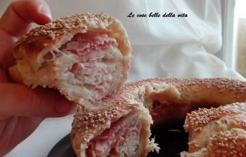 Corona di pane ripiena di prosciutto e mozzarella