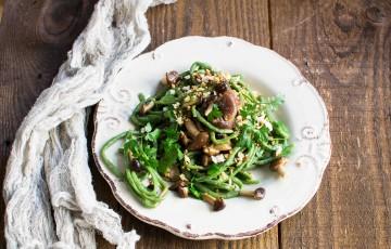 Pici all'ortica con funghi e briciole