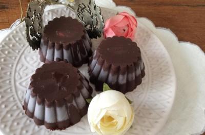 Scrigni di gelato con cioccolato fondente
