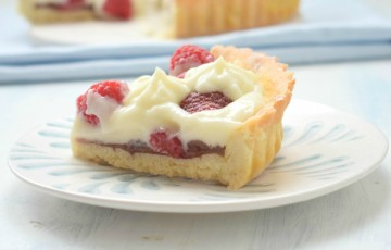 Crostata con crema al latte e lamponi