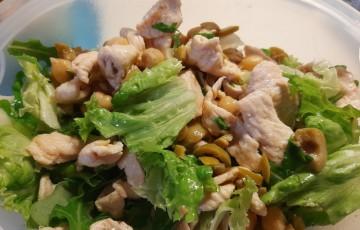 Insalata fredda di pollo ceci e olive verdi