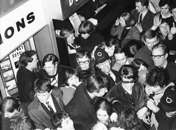 Bob Dylan e fan, Aeroporto do Londra 1965  (AP Photo/Victor Boynton)