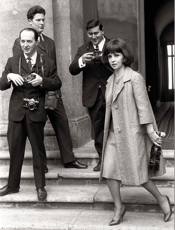 Tazio Secchiaroli, a sinistra, il fotografo romano che ispirò la figura del ''paparazzo'' a Federico Fellini ch fim ''La Dolce Vita''. Qui mentre fotografa insieme ad altri due colleghi Gina Lollobrigida nel 1964 © AP Photo
