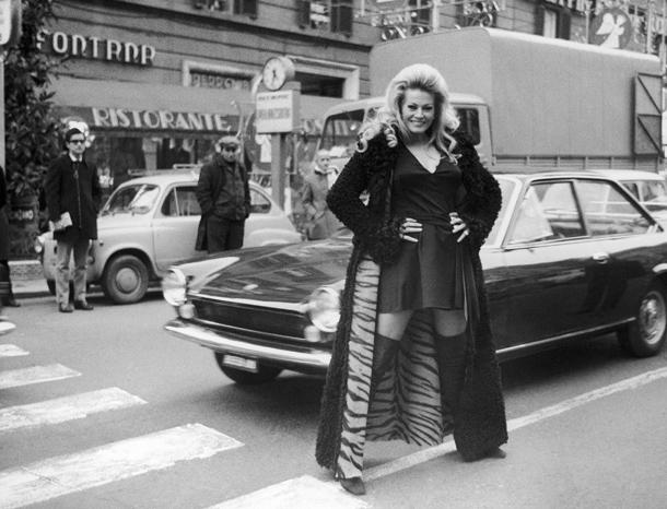 Anita Ekberg fotografata in Via Veneto a Roma nel 1970 © AP Photo