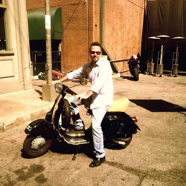 Edoardo Silvestri sul set in sella alla Vespa di Roberto Croci